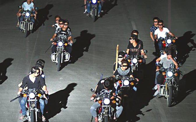Байкеры с ножами в движении на недатированной фотографии. (Снимок экрана / Apple Daily)   Epoch Times Россия