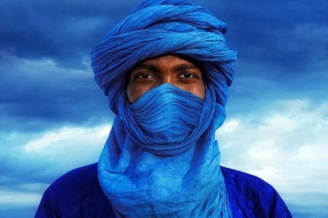 Познакомьтесь с разнообразными оттенками синего цвета, которыми пронизана наша прекрасная планета. Мужчина-туарег демонстрирует тюрбан и чадру из тагельмуста цвета индиго, Эрг-Гиби, Марокко. (<a href=
