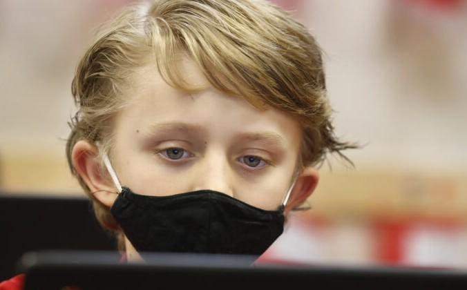 Ученик носит маску во время работы в Freedom Preparatory Academy в Provo, в Утах, 10 февраля 2021 года. (George Frey/Getty Images) | Epoch Times Россия