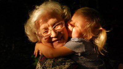 Бабушки и дедушки смогут заменить ребёнку родителей в трудной ситуации