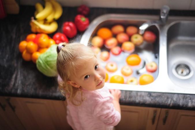 Замачивание фруктов и овощей — отличный способ очистить их. (Елена Наследова / Shutterstock)   Epoch Times Россия