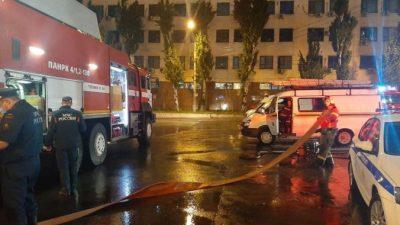 В Ростове после ливня на припаркованные автомобили обрушилась огромная бетонная стена