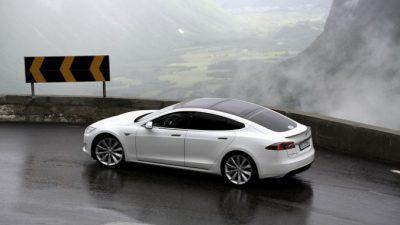 ВСША новый электромобиль Tesla загорелся вместе сводителем