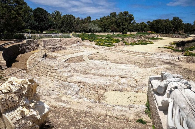 11.Statues at the site. Yaniv web Nature and Parks Authority 1200x720 1 676x450 1 - Археологи раскопали самую большую римскую базилику в Израиле