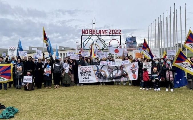 Протестующие держат транспаранты во время митинга «Нет Пекину-2022» перед зданием парламента в Канберре, Австралия, 23 июня 2021 г. The Epoch Times | Epoch Times Россия