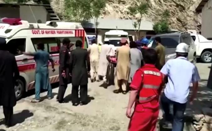 Люди везут каталку к машине скорой помощи возле больницы в Дасу, Пакистан, после того как автобус с китайскими гражданами на борту упал в овраг в Верхнем Кохистане после взрыва 14 июля 2021 года, на этом кадре из видео. (Reuters / Reuters Tv) | Epoch Times Россия