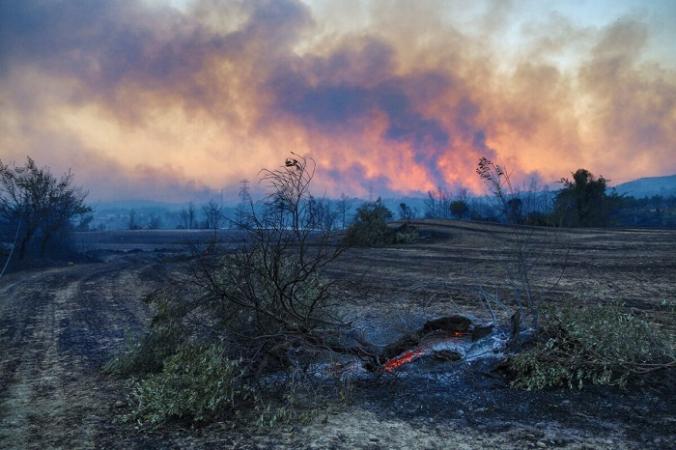 Шлейфы чёрного дыма поднимаются над лесом вокруг Манавгата, в 75 километрах к востоку от курортного города Анталия, Турция, 28 июля 2021 года. (Kaan Soyturk / Reuters) | Epoch Times Россия