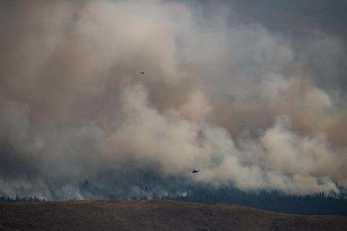 Вертолёты пролетают над лесным пожаром в горах над Эшкрофтом, Британская Колумбия, Канада, 16 июля 2021 г. (The Canadian Press / Darryl Dyck)   Epoch Times Россия