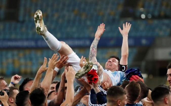 Товарищи по команде поднимают аргентинца Лионеля Месси после победы над Бразилией со счётом 1: 0 в финальном футбольном матче Кубка Америки на стадионе «Маракана» в Рио-де-Жанейро, Бразилия, 10 июля 2021 года. Bruna Prado/AP Photo | Epoch Times Россия