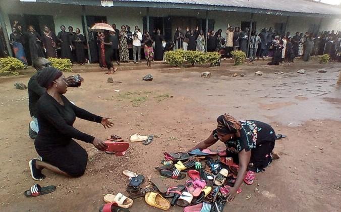 Родители учащихся, похищенных в Баптистской средней школе Вефиль, молятся об их безопасном возвращении возле брошенной детьми обуви в Кадуне, Нигерия, 9 июля 2021 г. Bosan Yakusak/Reuters   Epoch Times Россия