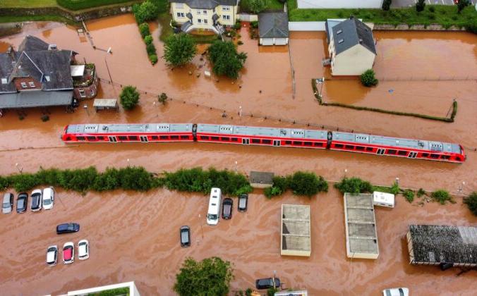 Поезд стоит в паводковых водах на станции после наводнения от разлившейся реки Килль в Корделе, Германия, 15 июля 2021 г. Sebastian Schmitt/dpa via AP   Epoch Times Россия