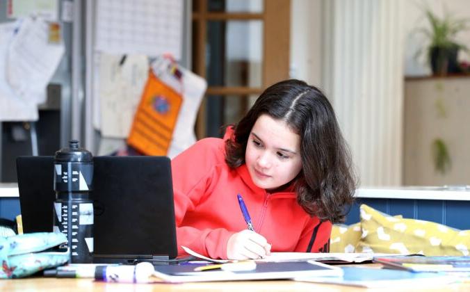 Ребёнок во время домашнего обучения 4 января 2021 г. Martin Rickett/PA | Epoch Times Россия