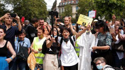 В Париже протестующие против антивирусных мер столкнулись с полицией