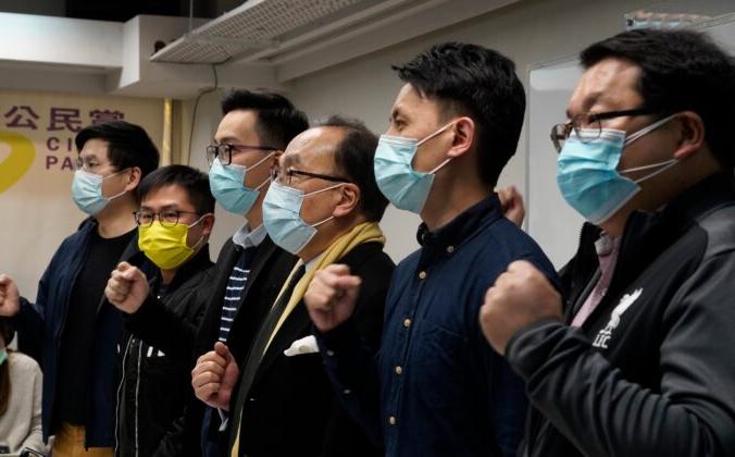 Активисты выкрикивают лозунги в ответ на массовые аресты во время пресс-конференции в Гонконге 6 января 2021 г. Vincent Yu/AP Photo | Epoch Times Россия