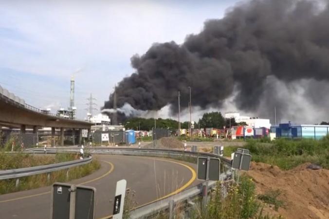Мощный взрыв на химзаводе в Германии запечатлели на видео очевидцы