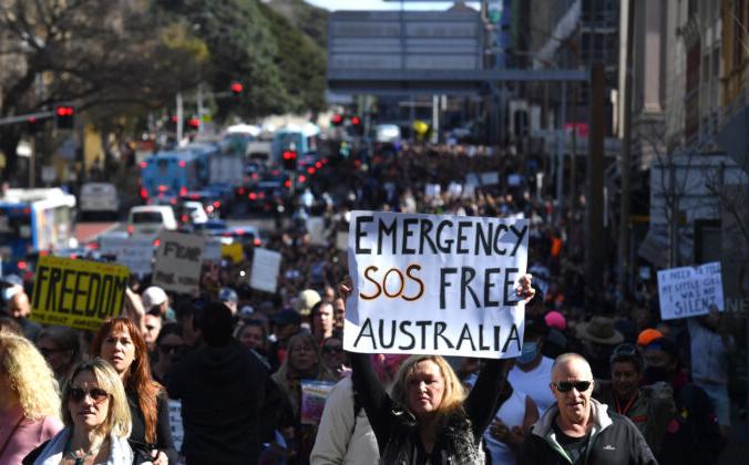 Австралийские протестующие маршируют по Бродвею и улице Джордж-стрит к ратуше Сиднея во время митинга против изоляции «Всемирное ралли за свободу» в Гайд-парке Сиднея, Австралия, 24 июля 2021 г. AAP Image / Mick Tsikas | Epoch Times Россия
