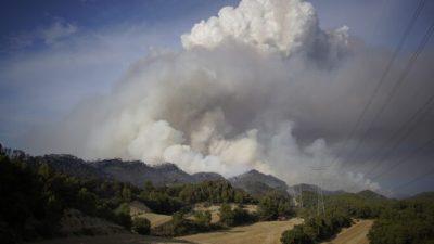 Лесные пожары на северо-востоке Испании. Эвакуированы дети из летнего лагеря