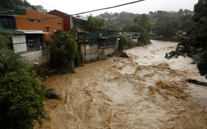 Затопленная река Тириби во время проливных дождей тропического шторма «Нейт», который обрушился на страну в Сан-Хосе, Коста-Рика, 5 октября 2017 г. REUTERS / Juan Carlos Ulate | Epoch Times Россия