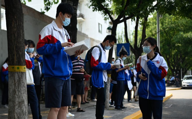 Студенты в масках готовятся Национальному вступительному экзамену в колледж (NCEE), известный как «гаокао», в Пекине 8 июля 2020 года. Согласно «Отчёту о рождаемости в Китае за 2020 год», опубликованному в исследовательском институте Evergrande в среднем на образование приходилось 32,44% от общих расходов китайских семей в 2020 году, что свидетельствует о тенденции к росту. WANG ZHAO/AFP via Getty Images | Epoch Times Россия