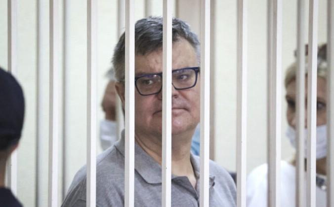 Виктор Бабарико, бывший глава российского Белгазпромбанка, стоит за решёткой в зале суда в Минске, Белоруссия, 6 июля 2021 года. Ramil Nasibulin/AP | Epoch Times Россия