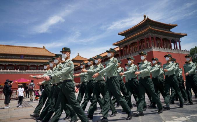 Солдаты Народно-освободительной армии маршируют перед входом в Запретный город в Пекине 20 мая 2020 г. Andrea Verdelli/Getty Images | Epoch Times Россия