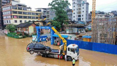 Более миллиона человек пострадали от потопа в Китае, но государственные СМИ вместо этого показали водопад