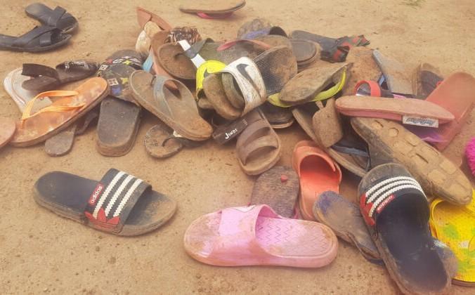 Обувь похищенных учеников лежит на полу после того, как около 150 учеников интерната баптистской школы Вефиля были похищены боевиками в Кадуне, на северо-западе Нигерии, 5 июля 2021 г. Kehinde Gbenga/AFP via Getty Images   Epoch Times Россия
