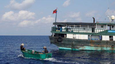 Филиппины изучат спутниковые данные о сбросе китайскими судами отходов в море
