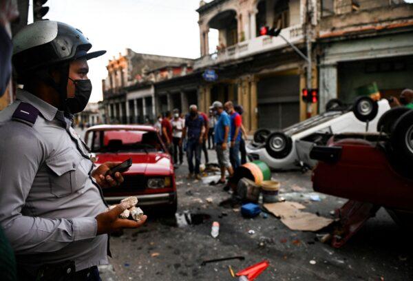 Люди принимают участие в демонстрации против режима президента Кубы Мигеля Диас-Канеля в Гаване, 11 июля 2021 г. Yamil Lage/AFP via Getty Images | Epoch Times Россия