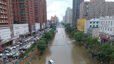 Мать ищет пропавшую дочь в списке погибших от наводнения в Китае