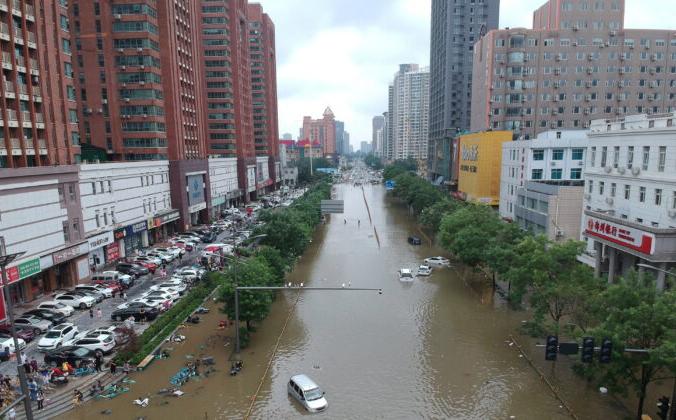 Затопленный участок дороги в Чжэнчжоу, провинция Хэнань, Китай, 21 июля 2021 года. Снимок сделан с помощью дрона. China Daily via Reuters   Epoch Times Россия
