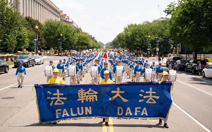 Фотогалерея: Марш последователей Фалуньгун в Вашингтоне призывает к прекращению 22-летнего преследования в Китае