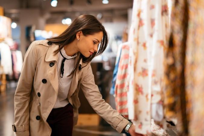 Многие из нас борются со стрессом с помощью розничной терапии: покупая вещи, которые нам не нужны, на деньги, которых у нас нет, чтобы поднять себе настроение. (Творчество NDAB / Shutterstock) | Epoch Times Россия