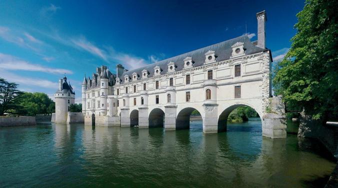 В 1547 году замок был подарен королем Генрихом II своей фаворитке Дайан де Пуатье, которая поручила Пачелло да Мерколиано спроектировать сады, а архитектору Филиберту де л'Орму построить мост через реку Шер, чтобы сады раскинулись и на другом берегу.(Ра-смит / GFDL) | Epoch Times Россия