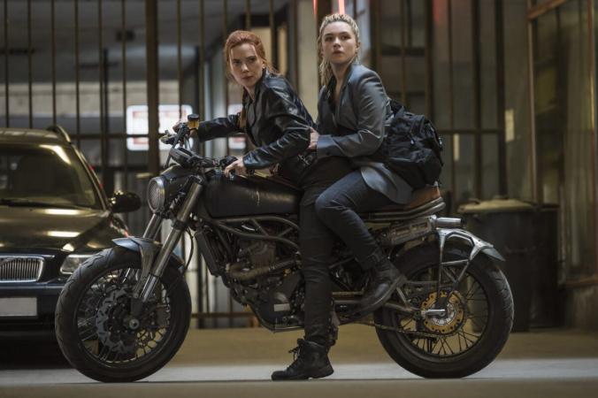 «Сестры» Елена (Флоренс Пью, слева) и Наташа (Скарлетт Йоханссон) убегают от плохих парней на мотоцикле, «Чёрная вдова». (Marvel / DisneyPlus)   Epoch Times Россия