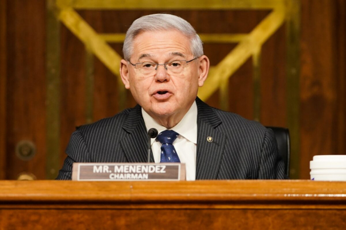 Сенатор Боб Менендес (штат Нью-Джерси) выступает наслушаниях вКомитете Сената помеждународным отношениям наКапитолийском холме 23марта 2021г. (Greg Nash-Pool/Getty Images) | Epoch Times Россия