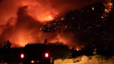 Сотни жителей канадской провинции покинули дома из-за лесных пожаров
