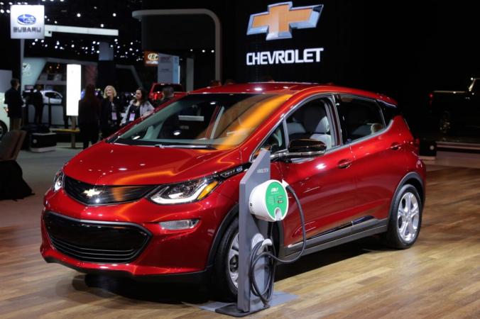 Подключаемый электромобиль Chevrolet Bolt 2019 года демонстрируется в Североамериканском международном автосалоне в Детройте, штат Мичиган, 15 января 2019 г. (Ребекка Кук / Reuters)   Epoch Times Россия