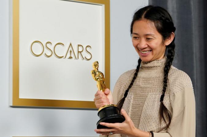 Режиссёр и продюсер Хлоя Чжао получила «Оскара» за фильм «Земля кочевников» на93-й церемонии вручения премии вЛос-Анджелесе, Калифорния, 25апреля 2021 года. (Chris Pizzello/Pool via Reuters)   Epoch Times Россия