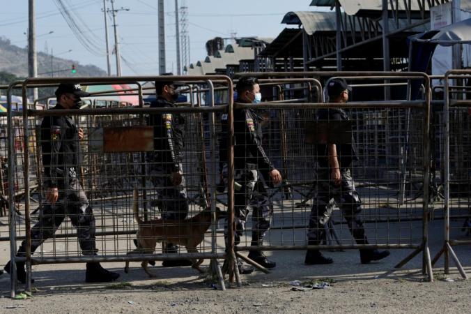 Сотрудники сил безопасности входят в тюрьму «Литорал» после смертельных боев в Гуаякиле, Эквадор, 22 июля 2021 г. (Dolores Ochoa/AP Photo) | Epoch Times Россия