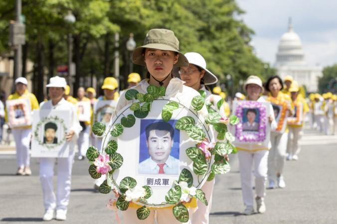 Практикующие Фалуньгун принимают участие в параде, посвящённом 20 годовщине преследования Фалуньгун в Китае, в Вашингтоне 18 июля 2019 г. (Samira Bouaou/The Epoch Times) | Epoch Times Россия