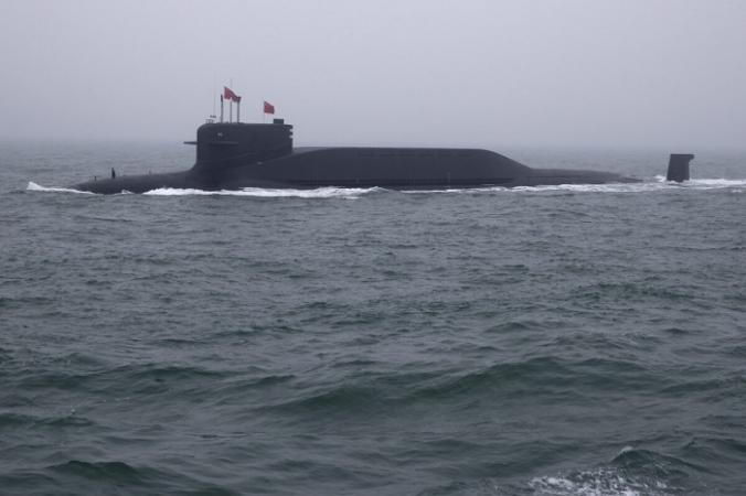 Атомная подводная лодка типа 094 Jin Long March 15 ВМС Китая в военно-морском параде в море недалеко от Циндао провинции Шаньдун на востоке Китая, 23 апреля 2019 г. (Mark Schiefelbein / AFP via Getty Images)   Epoch Times Россия