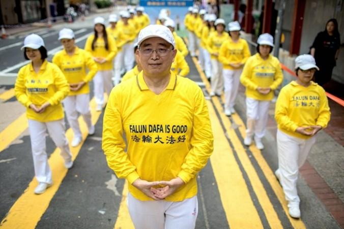 Практикующие Фалуньгун принимают участие в марше в Гонконге 27 апреля 2019 г. (ДАЛЕ ДЕ ЛА РЕЙ / AFP / Getty Images)   Epoch Times Россия