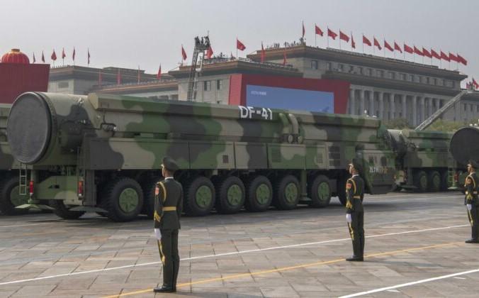 Новые межконтинентальные баллистические ракеты китайских военных DF-41, которые могут достичь США, были продемонстрированы на параде в честь 70-й годовщины основания Китайской Народной Республики в 1949 году на площади Тяньаньмэнь в Пекине, Китай. 1 октября 2019 г. Фото: Kevin Frayer/Getty Images | Epoch Times Россия