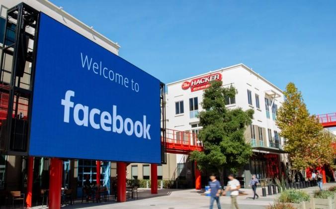 Гигантский цифровой знак виден в кампусе корпоративной штаб-квартиры Facebook в Менло-Парке, Калифорния, 23 октября 2019 г. Фото: JOSH EDELSON/AFP via Getty Images   Epoch Times Россия