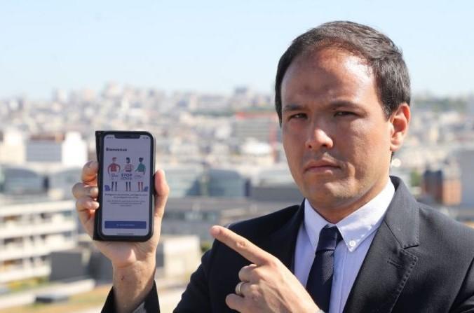 Государственный секретарь с цифровым Cédric O показывает приложение StopCovidэ (LUDOVIC RIN/AFP viaGettyImages) | Epoch Times Россия