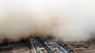 Китайскую провинцию накрыла мощная песчаная буря (Видео)