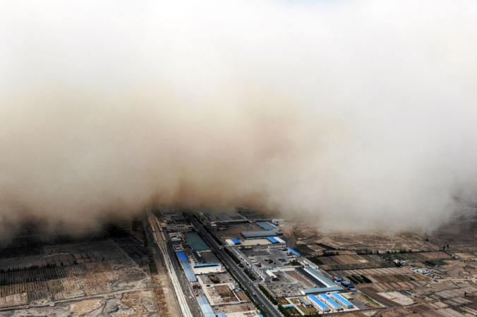 Песчаная буря в провинции Ганьсу в Китае, Фото: hangySTR/CNS/AFP via Getty Images) | Epoch Times Россия