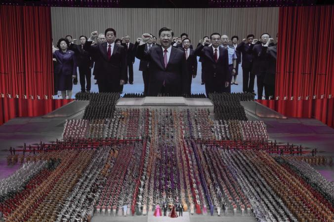 Большой экран, на котором видны партийные чиновники и китайский лидер Си Цзиньпин (в центре) во время массового гала, посвящённого 100-летию коммунистической партии Китая, на стадионе Olympic Bird's Nest в Пекине, Китай, 28 июня 2021 г. (Lintao Zhang / Getty Images) | Epoch Times Россия