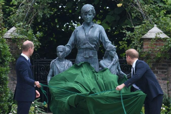 Британский принц Уильям, герцог Кембриджский (слева) и британский принц Гарри, герцог Сассекский, открывают статую своей матери, принцессы Дианы в «Затонувшем саду» в Кенсингтонском дворце, Лондон, 1 июля 2021 года. DOMINIC LIPINSKI/POOL/AFP via Getty Images   Epoch Times Россия